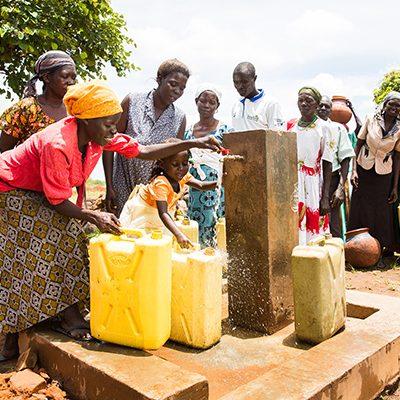Ugandese moeder en dochter bij waterpomp
