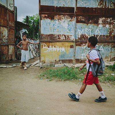 Jongen loopt op straat in Brazilie
