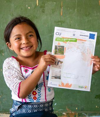 Meisje uit Ecuador houdt brief vast
