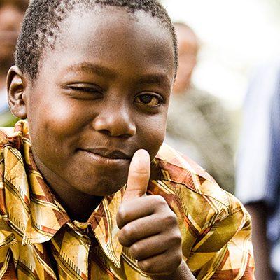 Jongen uit Tanzania steekt duim omhoog