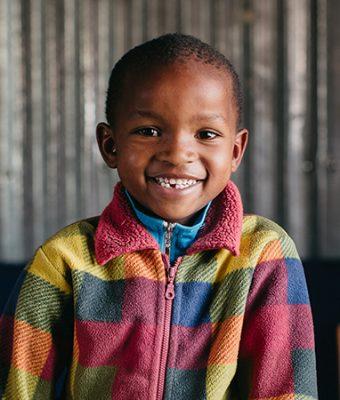 Keniaanse jongen met gestreept vest