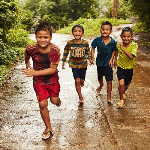Rennende thaise kinderen