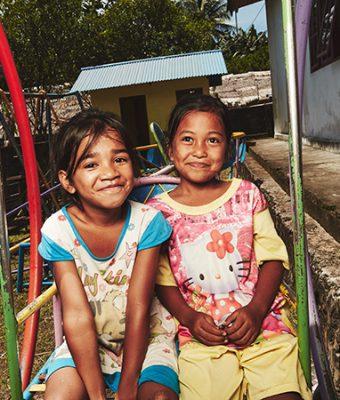 twee indonesische meisjes in een riksja