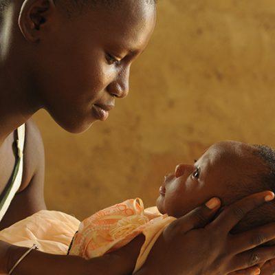 Ghaneese moeder houdt haar baby vast