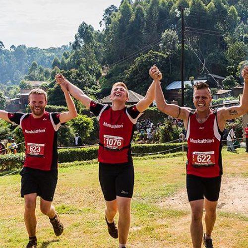 Deelnemers Muskathlon komen juichend over de finish
