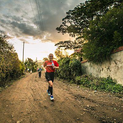 Hardloopster rent op een onverharde weg in Afrika