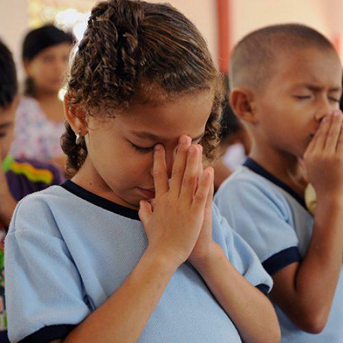 Bidden kinderen uit El Salvador
