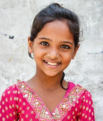 Meisje uit Bangladesh met rode jurk aan
