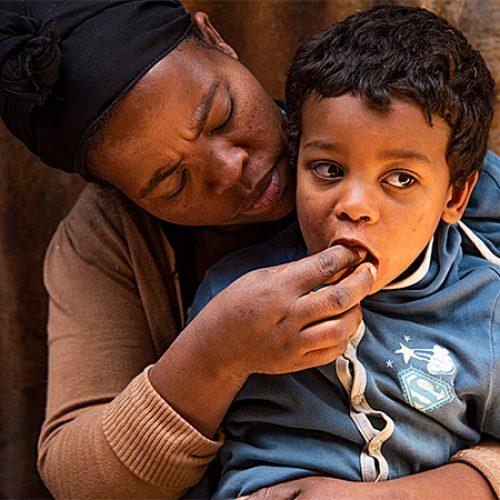 Moeder geeft zoontje te eten