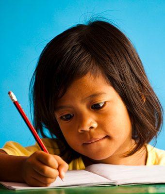 Meisje schrijft met potlood