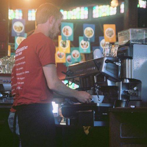 Man zet koffie in het Compassion cafe op Opwekking