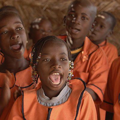 Kinderen uit Burkina Faso zingen in een kerk