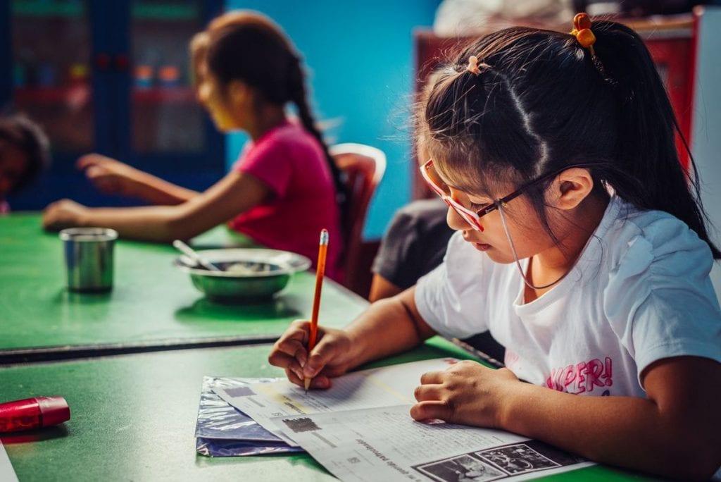meisje met bril schrijft brief Latijns-Amerika