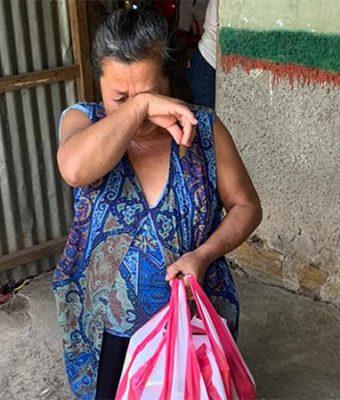Honduruaanse vrouw met voedselpakket