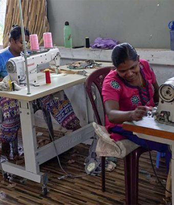 Moeders in Sri Lanka achter naaimachine