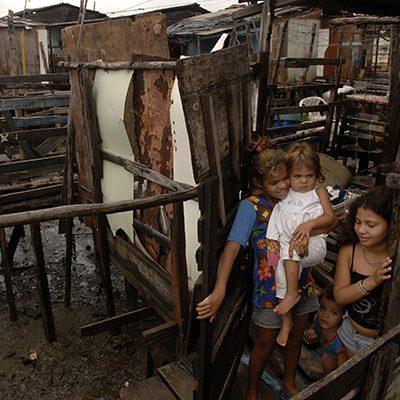 Kinderen in braziliaanse sloppenwijk