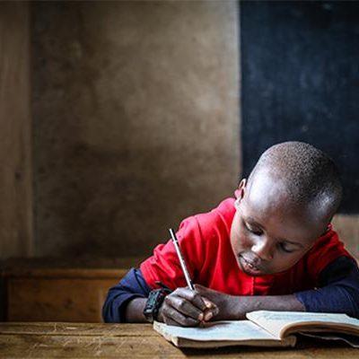 Jongen uit Kenia in klaslokaal