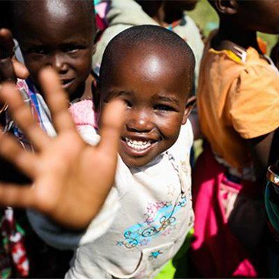 Meisje uit Kenia zwaait naar camera