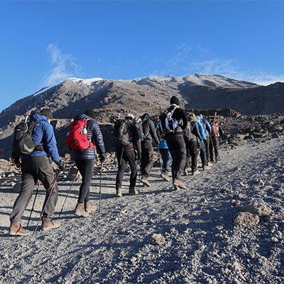 Groep mensen beklimt de kilimanjaro