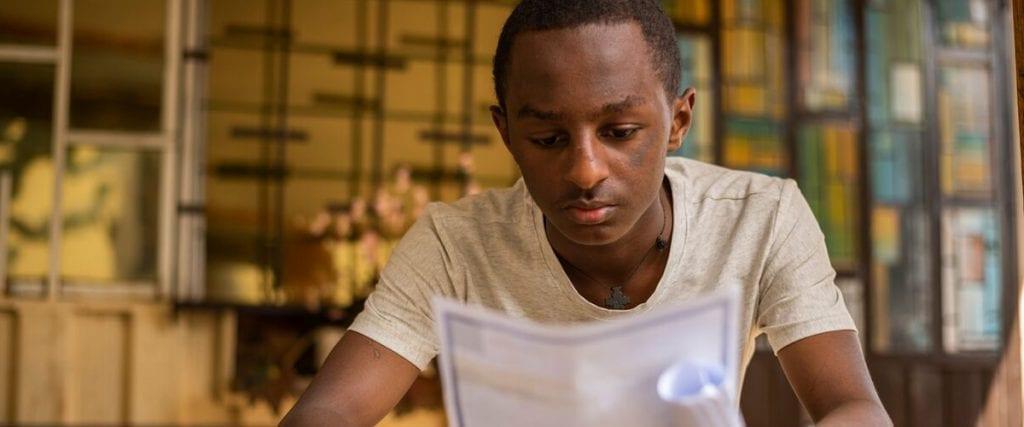 Tienerjongen leest brief