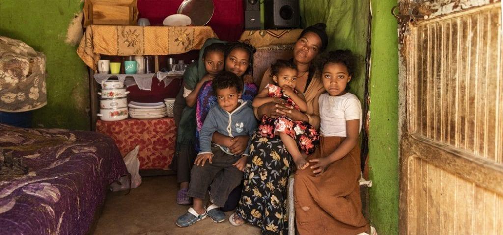 Gezin van Abiyot in hun huis, een kamer met servies en een bed