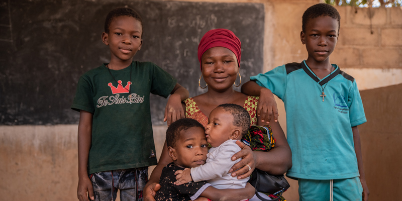 Moeder poseert met vier kinderen