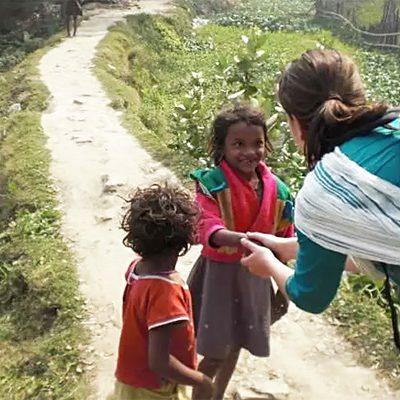 Eline Bakker begroet twee kindjes in India
