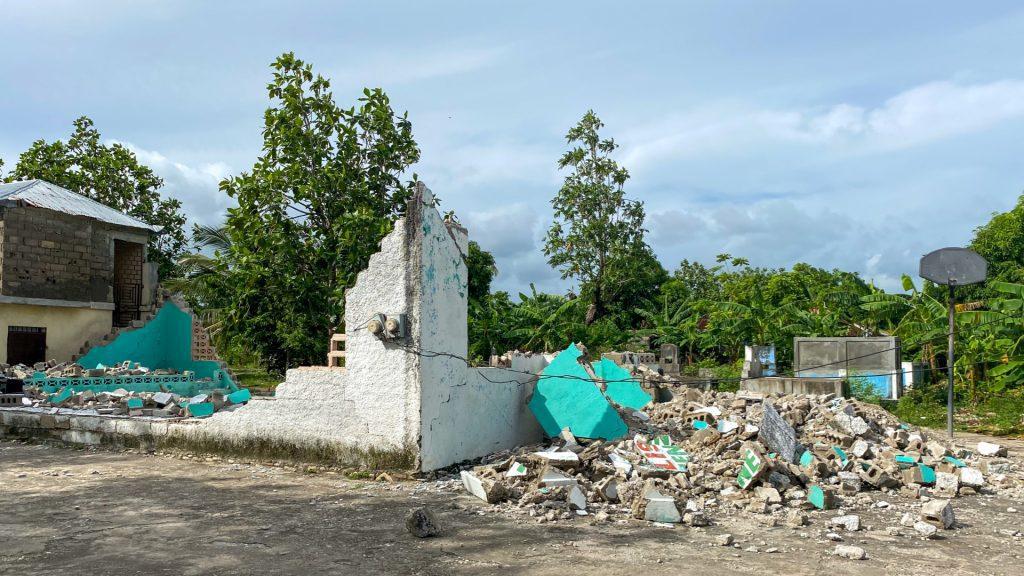 Verwoest gebouw in Haïti na de aardbeving in 2016