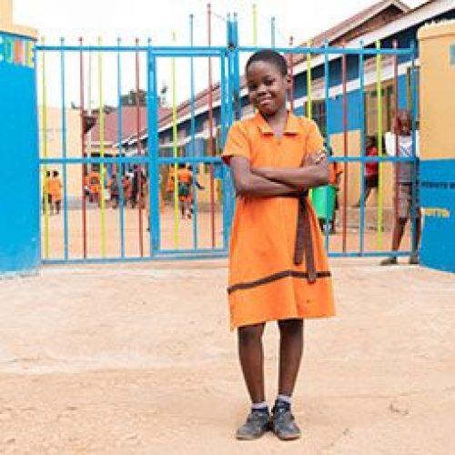 Deborah staat voor haar school